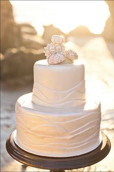 An elegant seashell cake that's perfect for a beach wedding. A Sweet Design.