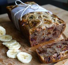 Verwarm de oven voor op 180 gr. Vet cakevorm in. Meng 2 bananen, 100 gr. dadels, ei, de (kokos)olie en amandelmelk in blender. Voeg bloem,bakpoeder, kaneel toe, snufje zout. Snijd de overgebleven dadels in kleine stukjes en meng door het beslag. Giet beslag in de ingevette cakevorm. Snijd de overgebleven banaan in dunne plakjesen leg die bovenop de cake. Bak 45 min.