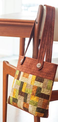 Timely Tote is an easy quilted tote bag featured in Easy Quilts Fall 2013. Made by Karen Hardy.