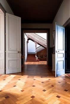 Parquet floors and carved staircase in an 18th century country villa in Bordeaux. Photo Julien Fernandez via Mad & Bolig