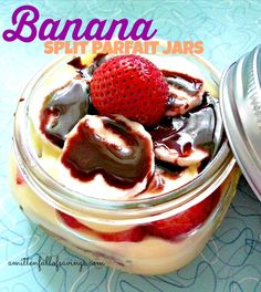 Delicious ice cream treat! Easy banana split parfait that you can use with your mason jars dessert recipes, summer recipes, easy recipes