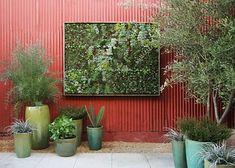 Jardim com painel verde.