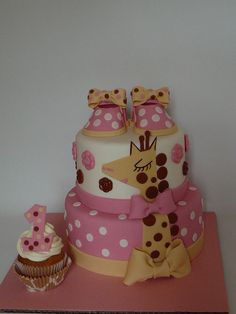 I love to make baby girl shoes! I really enjoy making cakes for babys. This one is vanilla cake with buttercream covered with fondant. All details are fondant. The little girl loves *Sophie la girafe*, so I made a modern version of this toy. I also made a *smash* cupcake for her.