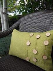 DIY wooden button outdoor pillows  Nice site overall - lots of ideas