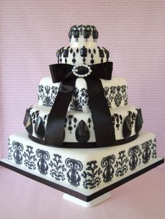 Gorgeous simple wedding cake in black and white