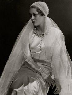 """Princesse de Russie Dmitri (anciennement, la comtesse Marina Golenistcheff-Koutousoff) Est vêtue d'Une robe de mariée AVEC couronne de fleurs d'oranger au cou et au voile, Tout en Chanel, le magazine """"Vogue», 1932."""