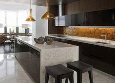 Moderna virtuve ar glancētām fasādēm un glancētu virsmu