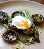 Barbecued mushrooms and asparagus with poached egg  #recipes egg recipes, eggs, poach egg, grill mushroom, food, yummi, asparagus salad, salads, mushrooms