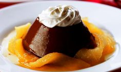 › MdeMulher › Culinária › Receitas Pudim de chocolate com calda de pêras no licor