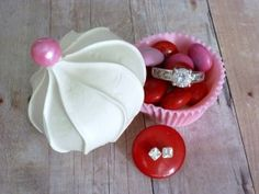 An edible cupcake! This is such a cute food craft!