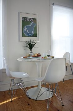 Round table + white chairs