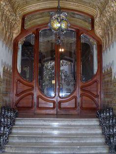 Porta modernista de una casa de Barcelona