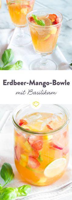 Rote Erdbeeren, gelbe Mango und gr??ne Limette ??? was kann es besseres in einem fruchtigen Sommer-Drink geben?! S???? und erfrischend lassen sich die die bunten Fr??chtchen in der exotischen Wei??wein-Bowle treiben und genie??en den Sommer.