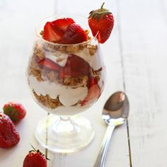 Strawberry Yogurt Parfait - quick and easy recipe for a weekend brunch