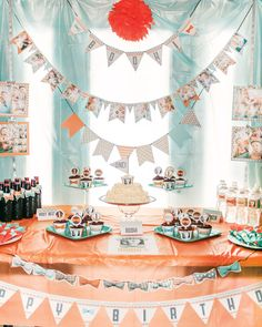 Me encantan las guirnaldas que decoran esta espectacular mesa para un primer cumpleaños! / I love the garlands that decorate this spectacular first birthday table!