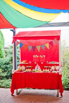 A sweet table for a circus party / Una mesa de dulces para una fiesta circo