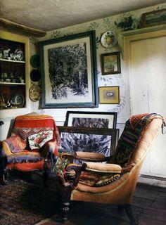 intérieur : salon avec vieux fauteuils, Summer Allen