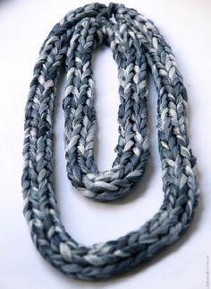 Foto de collar doble azul y gris hecho por Dominique Besanson con telas desechadas por la industria textil