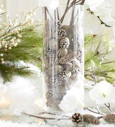 Idea sencilla para un centro: un jarrón cilíndrico grande de cristal relleno de piñas secas efecto nieve, con pintura blanca, o nieve artificial DIY • Christmas centerpiece