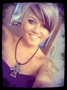 blonde chunks in short hair | Short blonde hair with brown under bangs ...