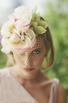 @Cherubina hats & headpieces Flor con hojas