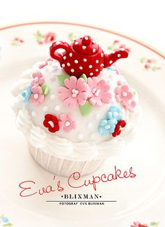 Such a gorgeously cute teapot topped cuppie! #cupcakes #food #teapot #tea #party #cute #dessert #flowers #baking