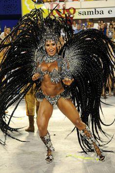 A rainha de bateria da Unidos da Tijuca Gracyanne Barbosa mostrou muito samba no pé no desfile das campeãs.