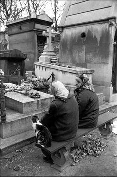 FRANCE. Paris. Women in Père-Lachaise cemetery. 1963.