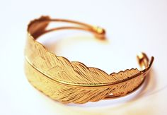 Goldener Armreif 'Feder' // Golden feather bracelet by Felidee via DaWanda.com