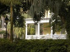 Forsyth Park Inn offers amenities and accommodations ideal for couples! Rooms from $185 per night.