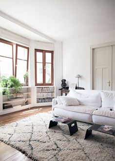 Soft white: cozy white living room. An apartment in Strasbourg. Via petit papiers