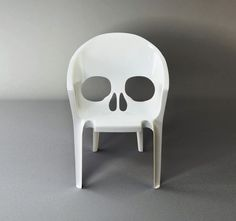 """""""Souviens toi que tu vas mourir"""" (remember that you will die) is a morbid version of the classic monoblock chair by pool."""