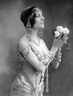 1920's flapper woman Paris
