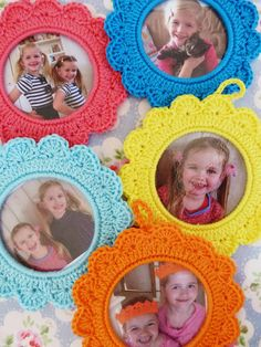 Crochet round frames for Pictures Tutorial (English translation of Dutch is rough, but there are photos to follow) on By-Ilona at http://by-ilona.blogspot.nl/2013/04/gehaakte-fotolijstje-patroon-crochet.html