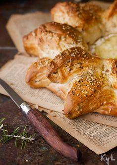 Pan de beicon y romero con camembert