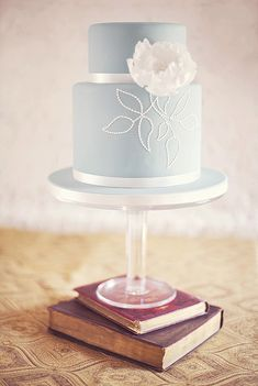 vintage books, white flowers, simple cakes, simple weddings, blue cakes