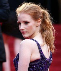Coleta alta, encuentra más peinados para verte más delgada aquí...http://www.1001consejos.com/peinados-para-verse-mas-delgada/