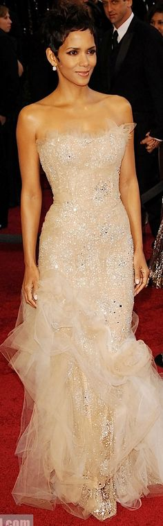 Halle Berry Wears A Glittery Blush Marchesa Dress To The 2011 Oscars