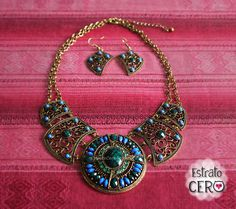 collar tipo pectoral con incrustaciones de piedras verdes y azules.
