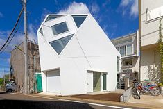 Monoclinic House Polyhedral Monoclinic House Adapted to the Urban Setting by Atelier Tekuto #geometric