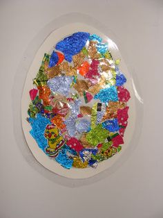 Met papierwikkeltjes van paaseitjes een ei te lamineren. Leuk om voor het raam te hangen.