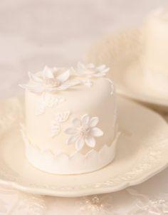 Pretty daisy mini cake.