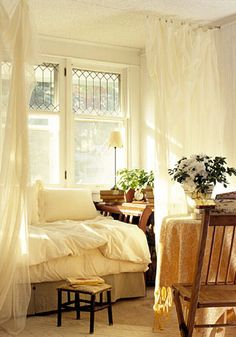 Curtains and pillows - Good idea for bed positioning in a small space