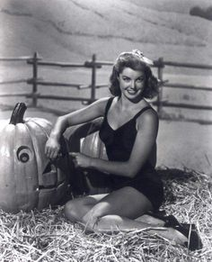 Esther Williams carves up an adorable jack-o-lantern. #vintage #pinups #actresses #Halloween