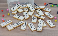 Fichas de dominó de galleta decoradas con royal icing. Tutorial, paso a paso, en el blog de La guinda Florinda. Dominoes' cookies.