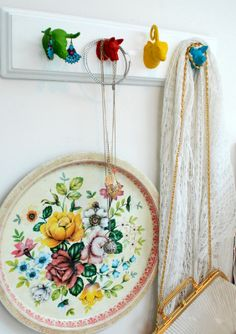 Jewelry hanger: oundPlastic animals sprayed with vibrant colors on a white backgr