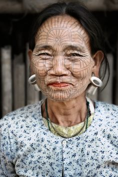 Tiger Woman: Daw Pam Yoak's tattoo is a perfect camouflage to blend into the wilderness considering that the Chin have a history of headhunting warfare in former times. Western Rakhine, Myanmar (Burma)