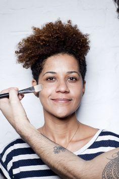 Aprenda a não repetir os erros mais comuns na hora de escolher produtos para peles negras, vem :)