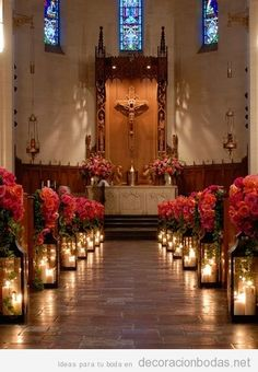 Decoración de bancos y altar de iglesia con rosas y velas para boda