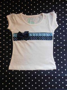 camiseta con aplicación en patchwork. cenefa de lunares en tono azul claro/ oscuro  algodón patchwork